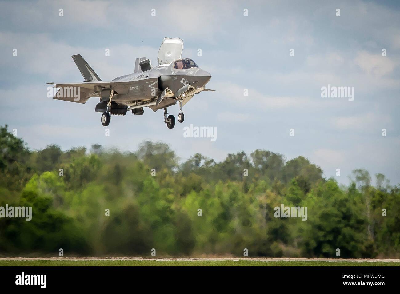 Un F-35B Lighting II aeromobili si prepara a terra durante un esercizio di formazione con Airborne Tactical Advantage Company a bordo Marine Corps Air Station Beaufort, 14 aprile. Marine attacco Fighter Training Squadron utilizzato ATAC per addestrare i loro piloti in anti-aerei di guerra. ATAC fornito l'avversario presentazione dell'aria per VMFAT-501. La F-35B è con VMFAT-501. Immagini Stock