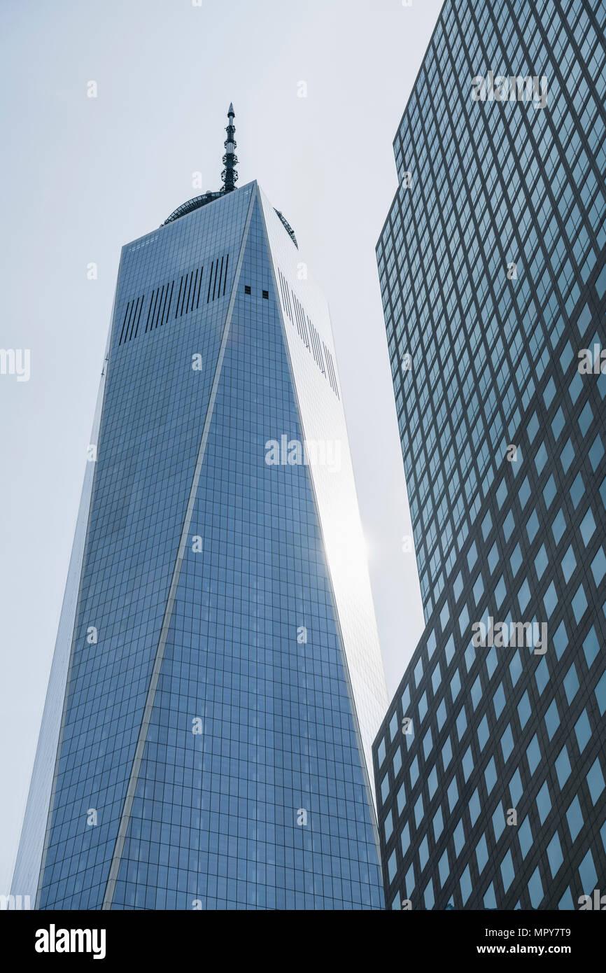 Basso angolo di vista di One World Trade Center contro il cielo chiaro Immagini Stock