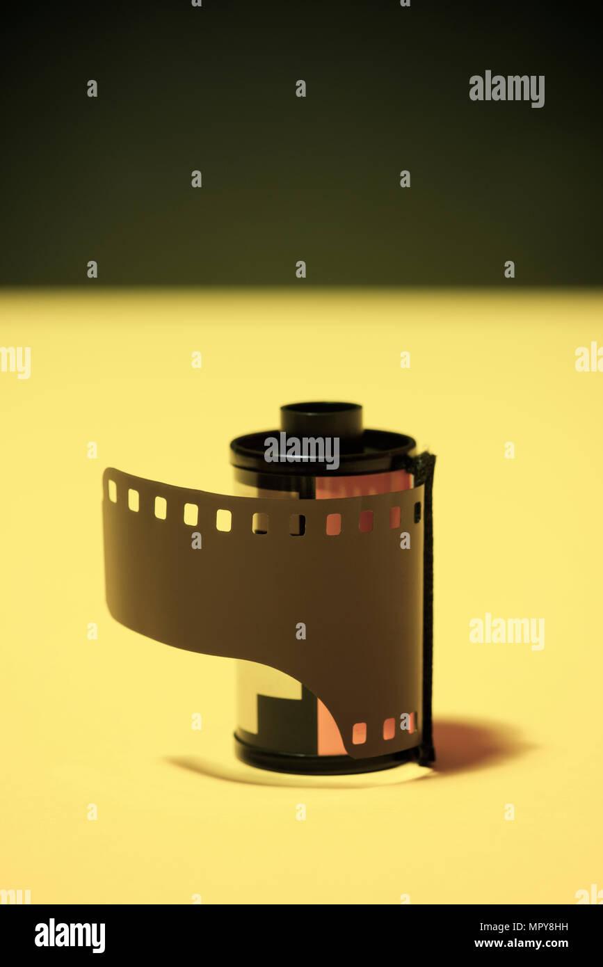 Close-up di una pellicola fotografica sulla tabella di colore giallo Immagini Stock