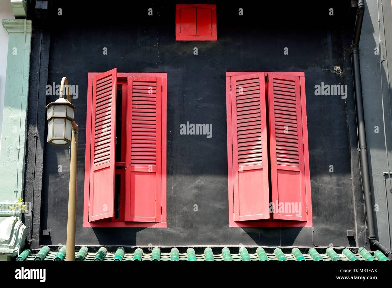 Persiane In Legno Antiche : Vista frontale di vintage windows con red persiane di legno su un