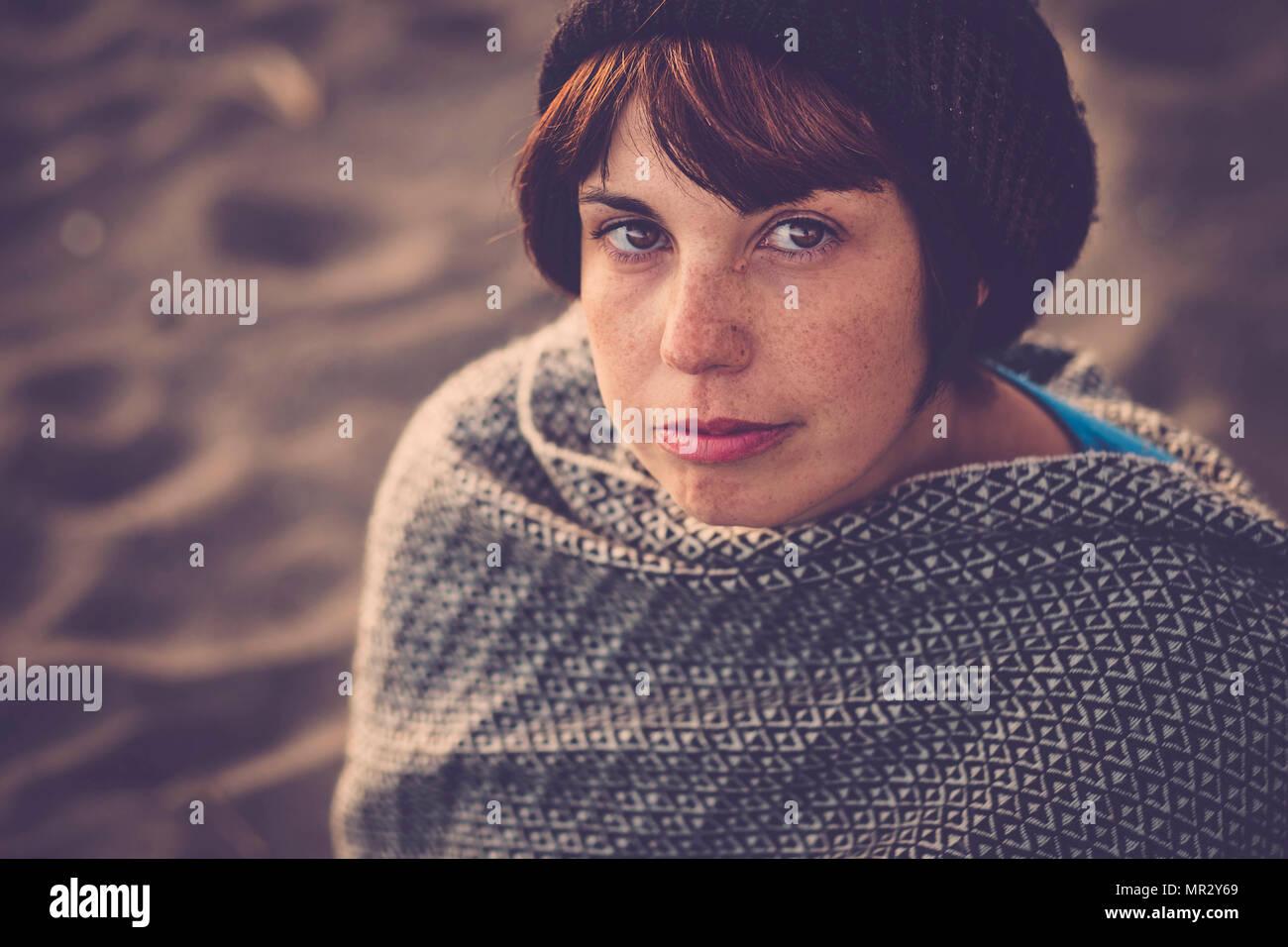 Bella giovane signora ritratto in stile vintage filtro. Guarda la fotocamera con lentiggini sul viso Immagini Stock