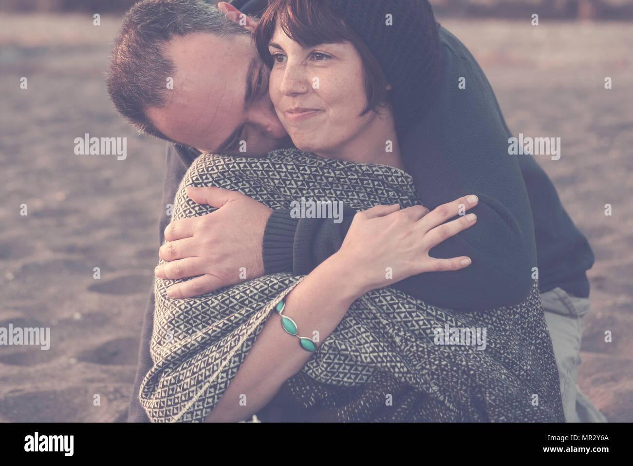 Carino l uomo e la donna sono di mezza età divertendosi in amore in spiaggia all'aperto. Le attività per il tempo libero e la grande abbraccio per il concetto di amore e di scena romantica l'uomo embra Foto Stock