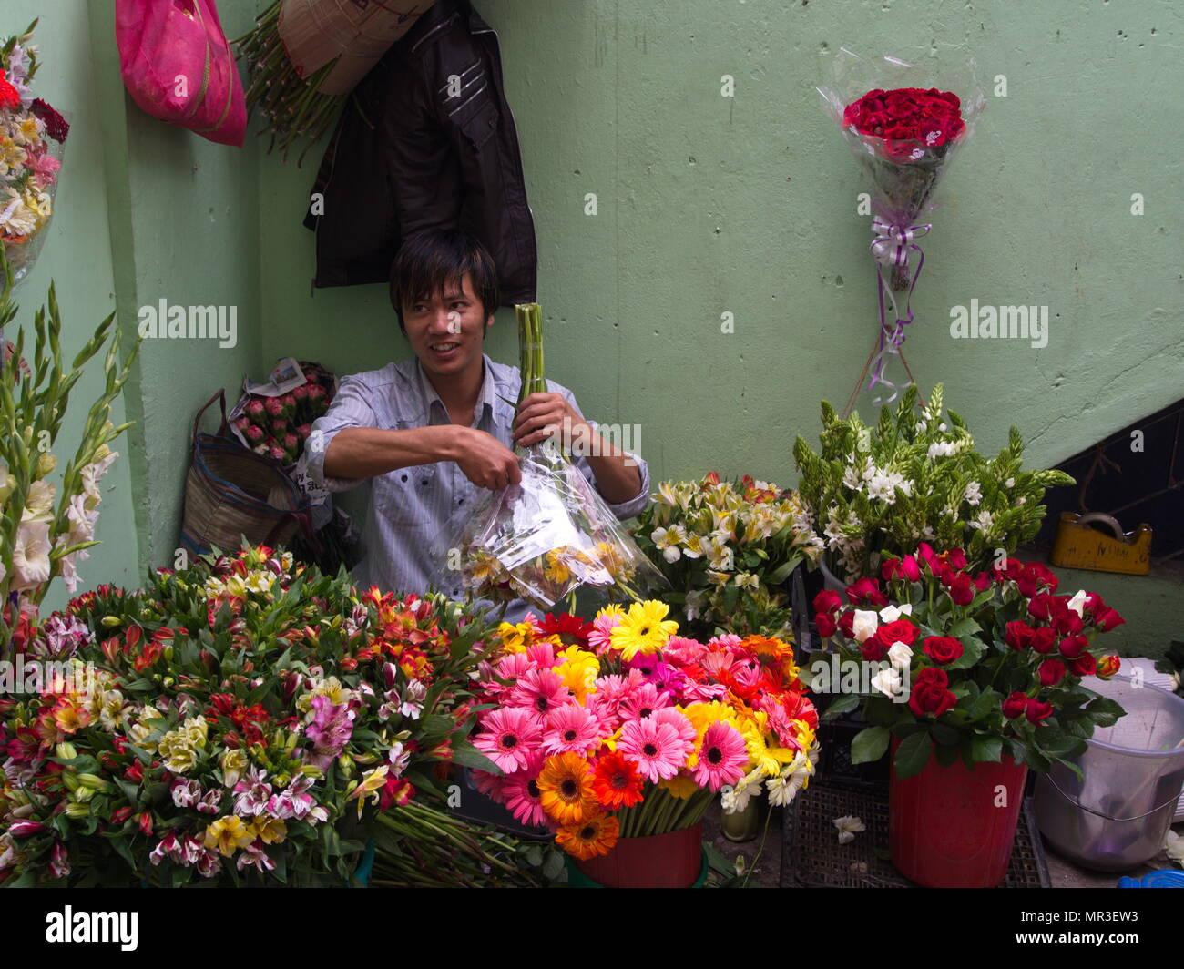 Il Sikkim persone locali che vendono fiori nel mercato, Gangtok città,il Sikkim India , 16 aprile 2013. Immagini Stock
