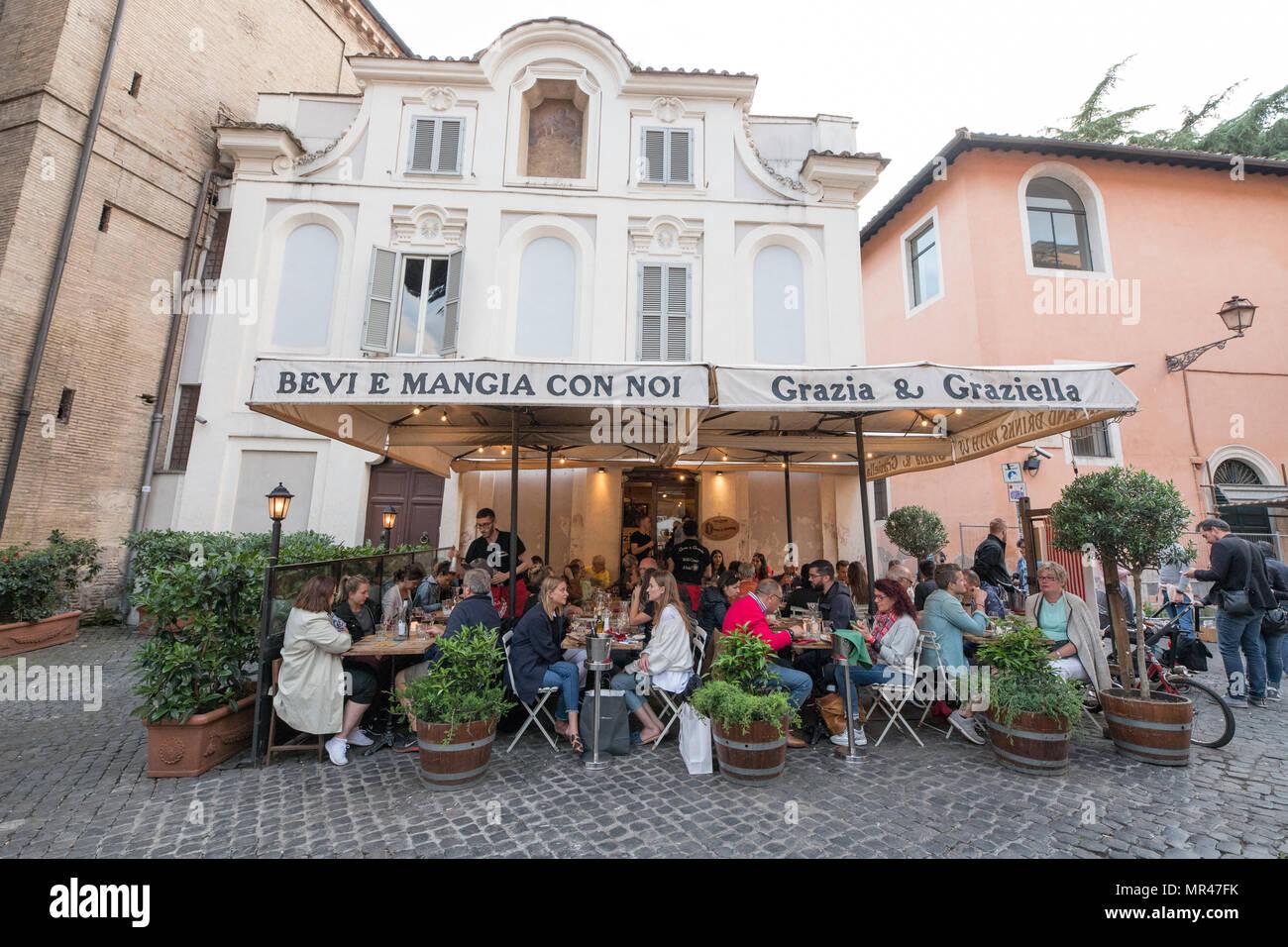 Roma Bar ristorante in Trastevere, turisti seduti in terrazza su ...