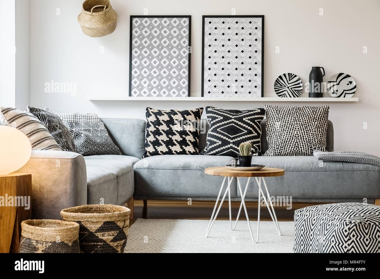 Cuscini Bianchi E Neri cuscini modellato su grigio divano ad angolo nell