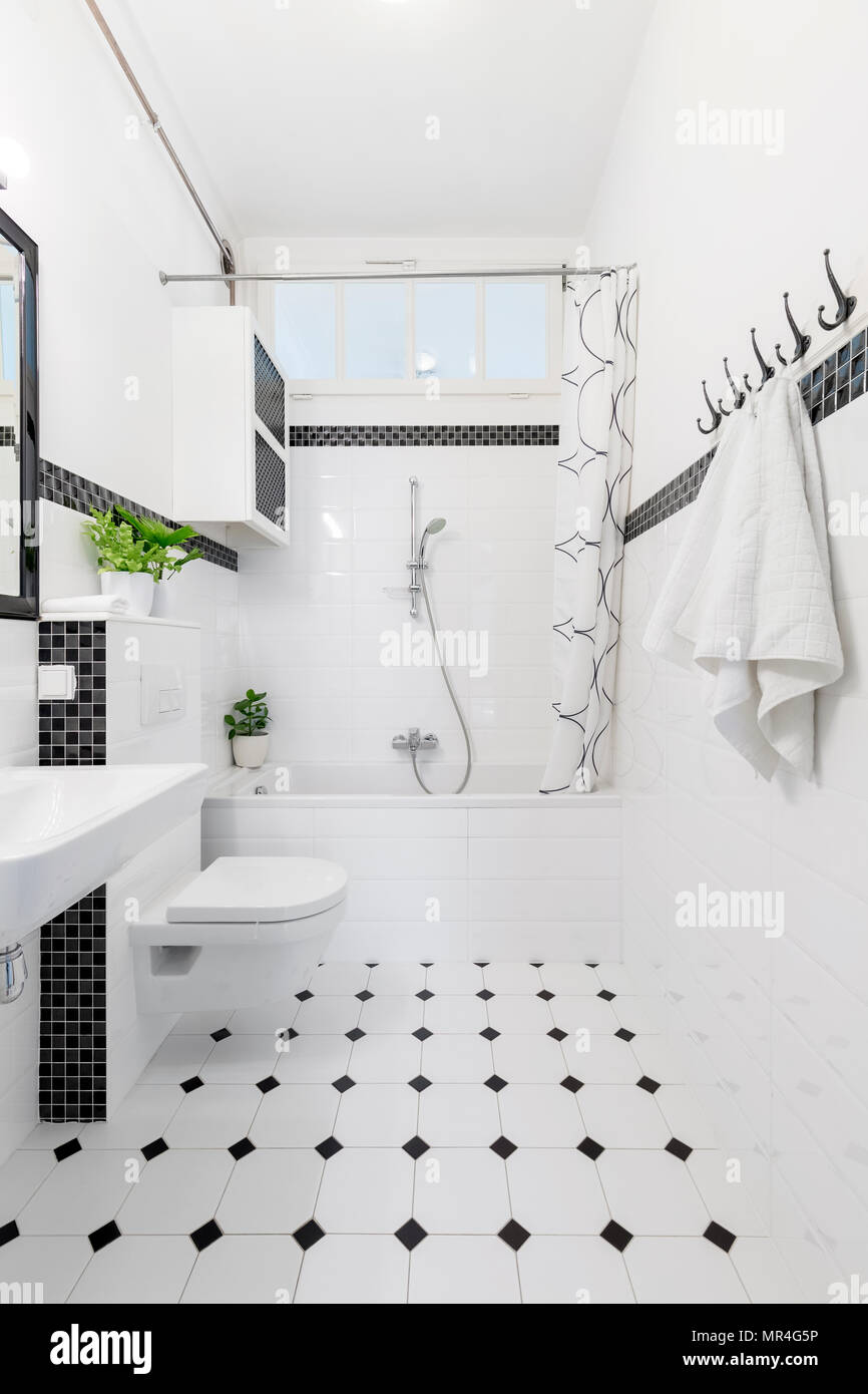 Pavimento a motivi geometrici in bianco e nero bagno - Vasca da bagno pavimento ...