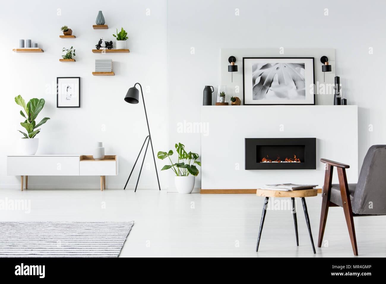 Colori Interni Grigio : Tavolo di legno accanto alla poltrona di colore grigio con interni