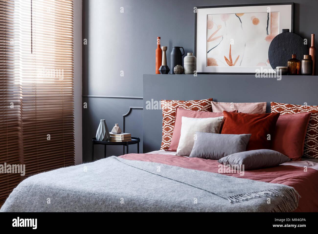 Pittura Stanza Da Letto cuscini sul letto matrimoniale accanto al comodino