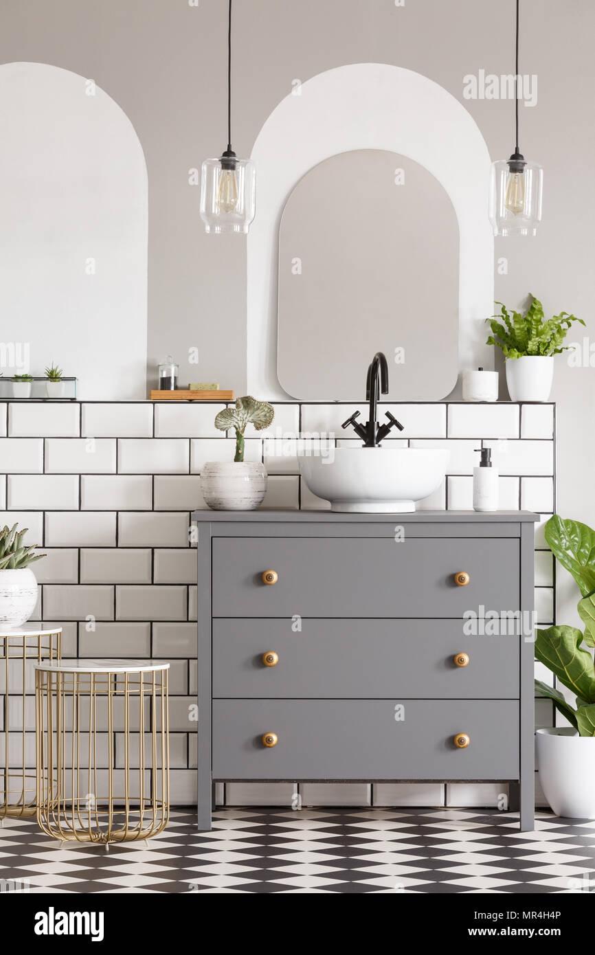 Lampade sopra cabinet grigio con lavandino in bagno moderno interno ...