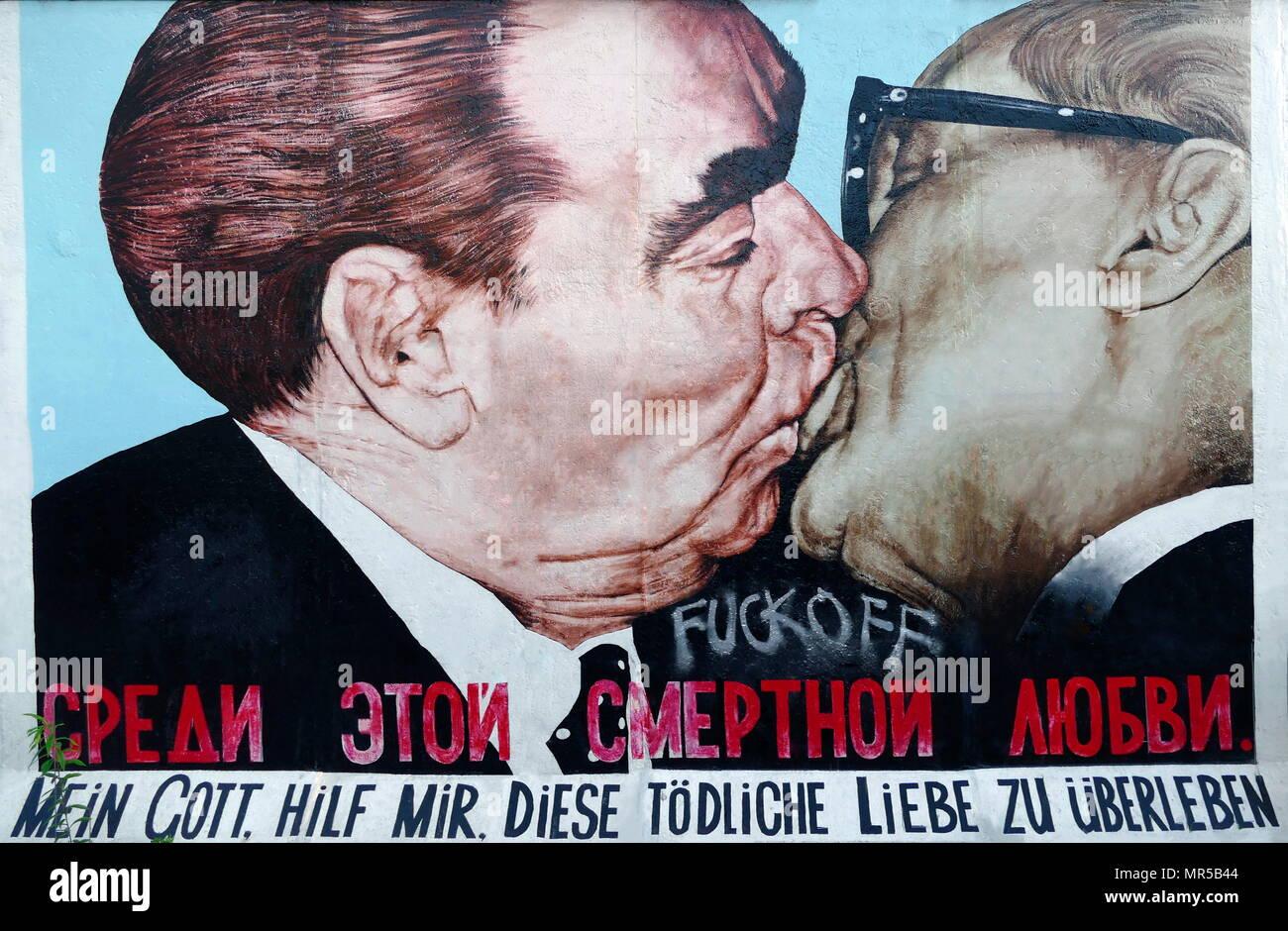 Fotografia di graffiti sul muro di Berlino raffigurante Leonid Brezhnev (1906-1982) l'ex Segretario Generale del Comitato Centrale del Partito Comunista dell'Unione Sovietica, abbracciando Erich Honneker (1912-1994) un politico tedesco, che come Segretario Generale del Partito socialista unitario, ha portato la Repubblica Democratica Tedesca dal 1971 fino a quando le settimane precedenti la caduta del muro di Berlino . Recante la data del XXI secolo Immagini Stock