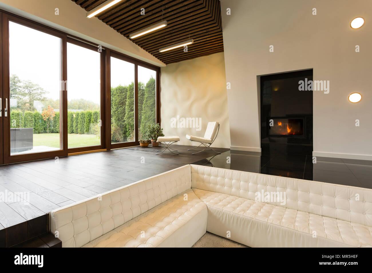 Il futuristico stanza vivente con il camino poltrone e divano
