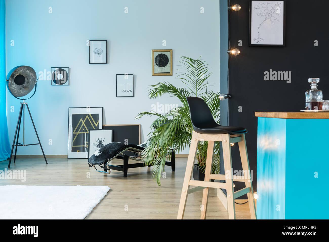 Dischi in vinile e designer lampada in studio spazioso con