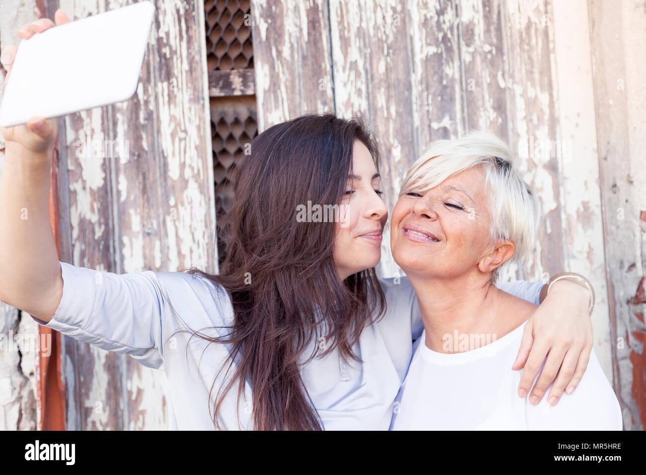 Madre e figlia adulta prendere un selfie all'aperto Immagini Stock