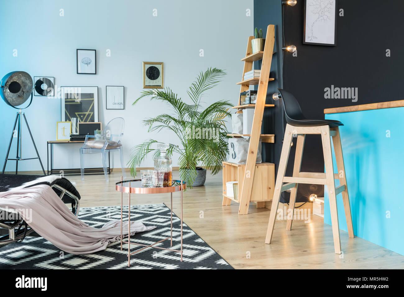 Spaziosa sala relax con sgabello a isola per cucina e scaffale di