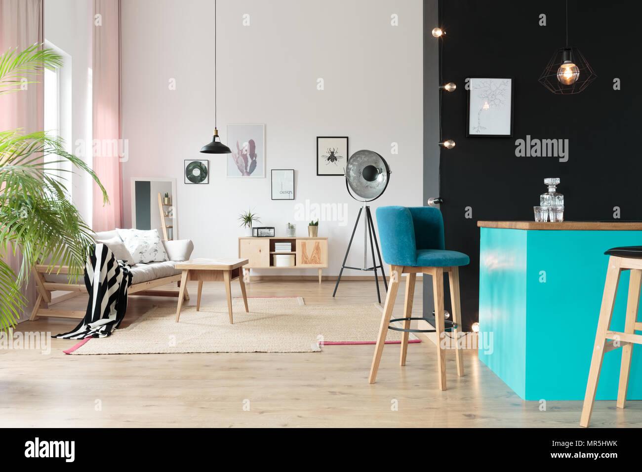 Lampada di design in aperto spazio relax con suede sgabello al blue