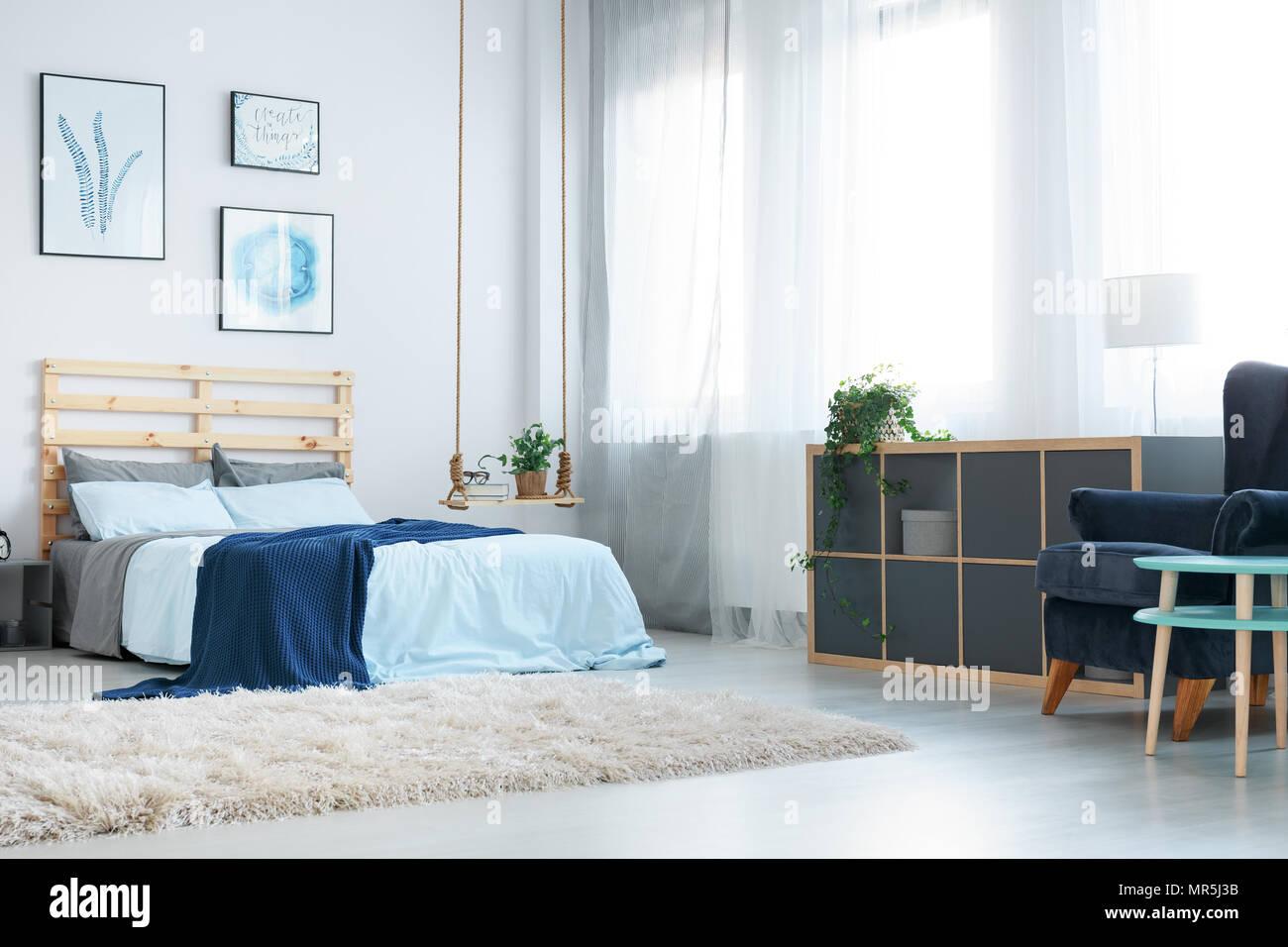 Camera da letto bianca con parete decorativa poster, finestra, rug e ...