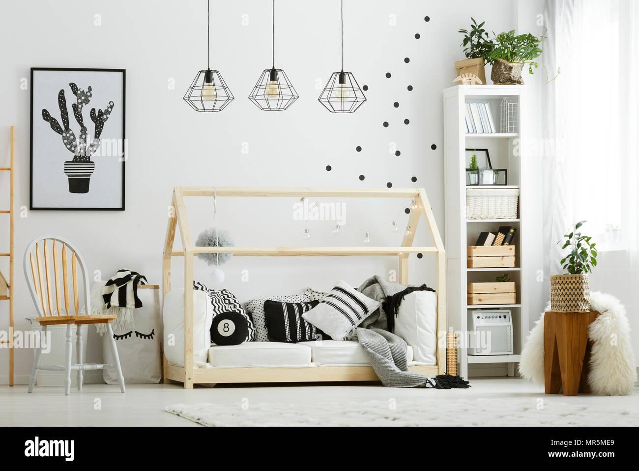Baby camera da letto in stile scandinavo con sedie di legno ...