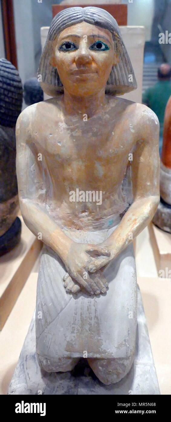 Statuetta di Kaemked, sacerdote funerario del nobile Urimi 2500 BC. Egiziano, calcare dipinto oggetto della tomba Immagini Stock