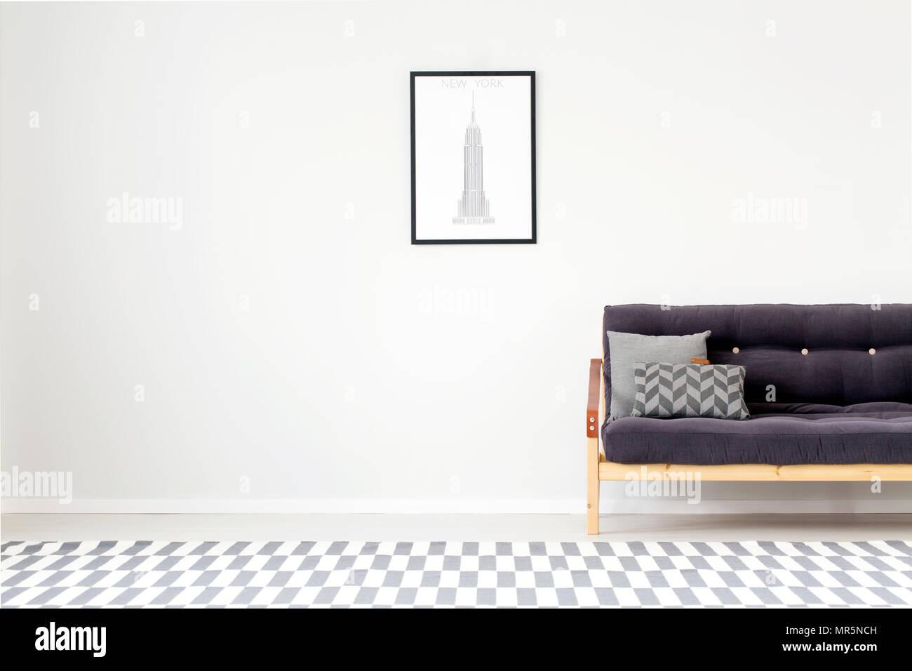 Divano Nero Cuscini : Cuscini di colore grigio su legno nero divano contro una parete con