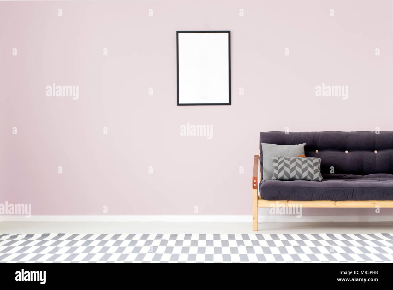 Pareti Viola E Lilla : Mockup del vuoto poster sulla parete viola in salotto interno con