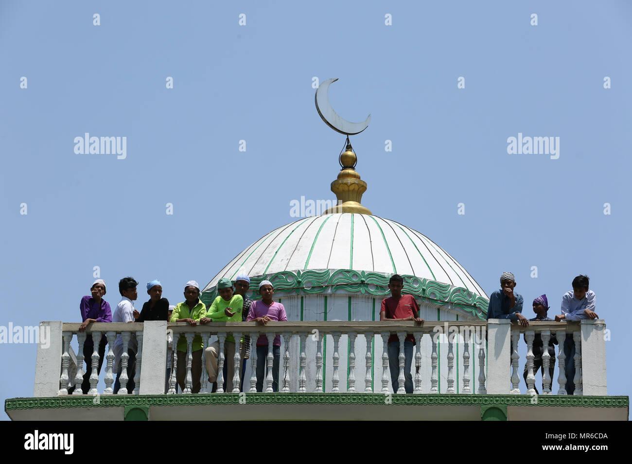 La Credenza Milano : Il nepal maggio musulmani nepalesi offrono la preghiera