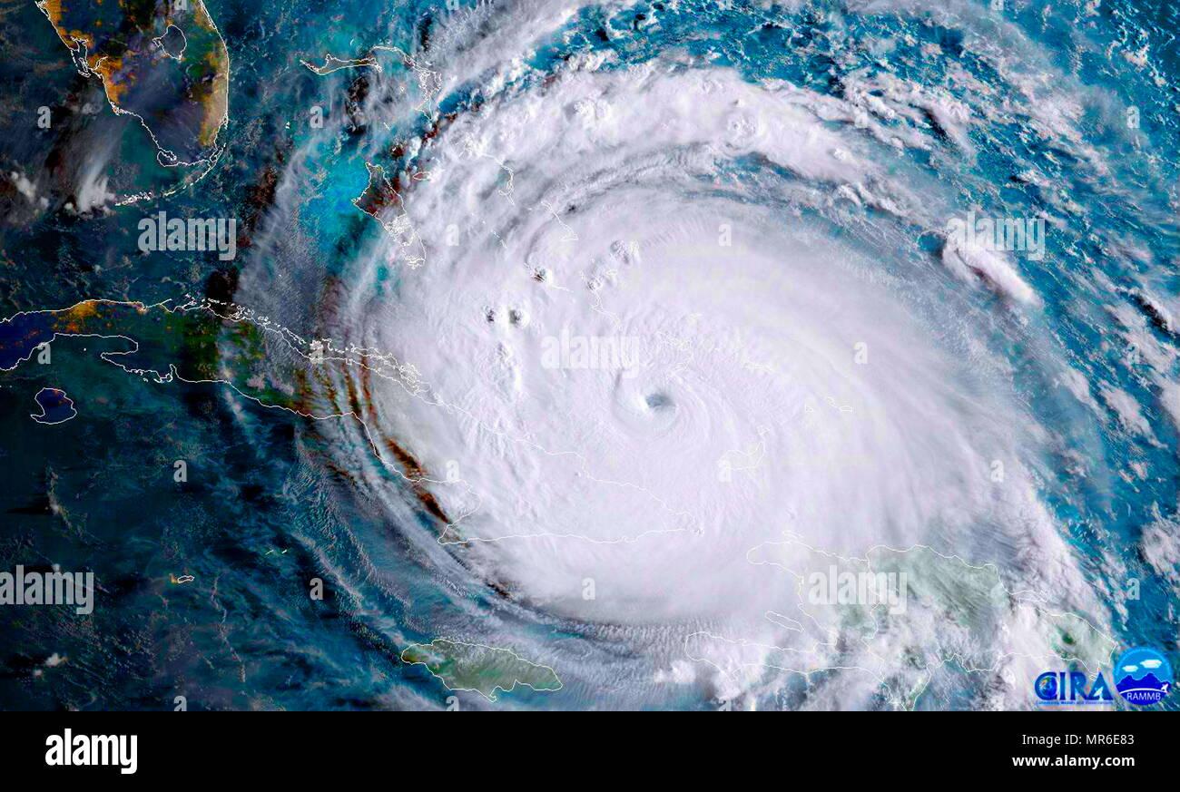 NOAA-satellite della NASA VA-16 catturato questo geocolor immagine dell uragano Irma passando l'estremità orientale di Cuba a circa 8:00 EDT sul Sett. 8, 2017. Immagini Stock