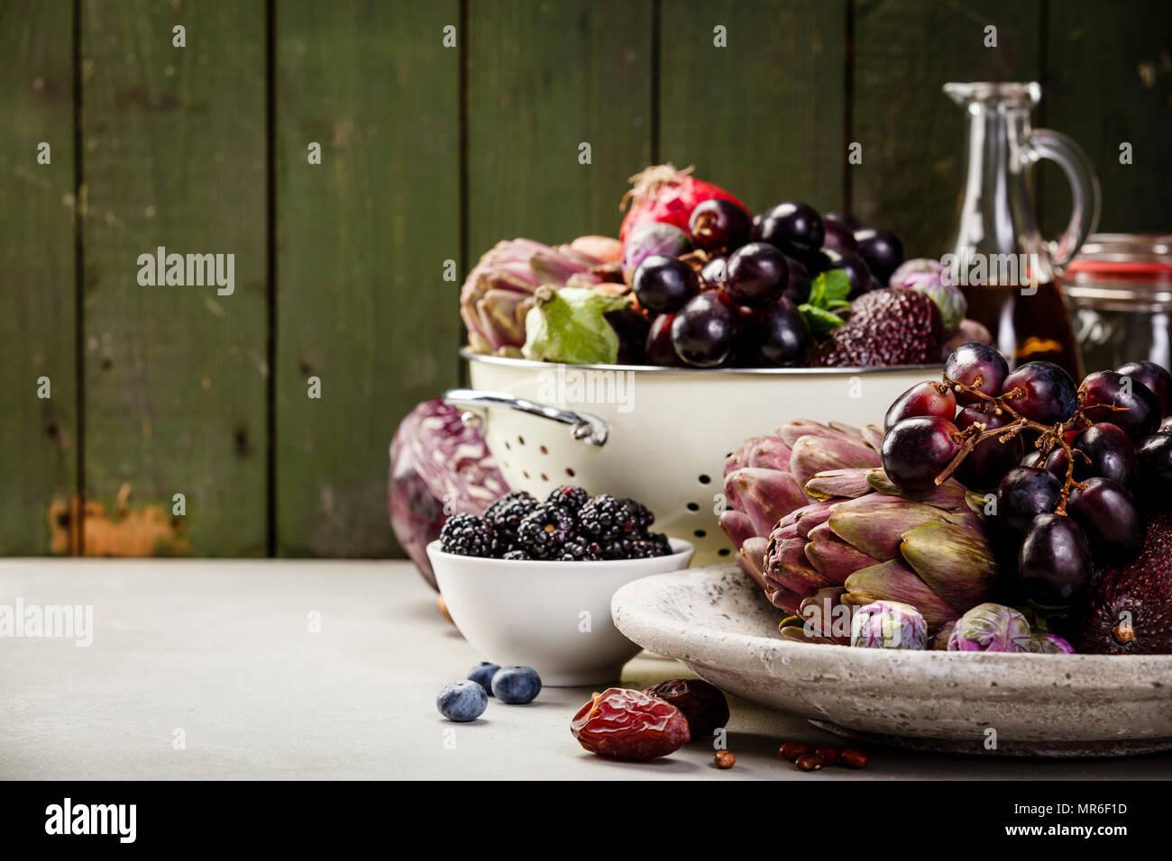 Dieta bilanciata, cucina vegetariana, raw e pulire il concetto di mangiare - close up organico fresco frutta e verdura, cereali, legumi e i dadi sulla concre Immagini Stock