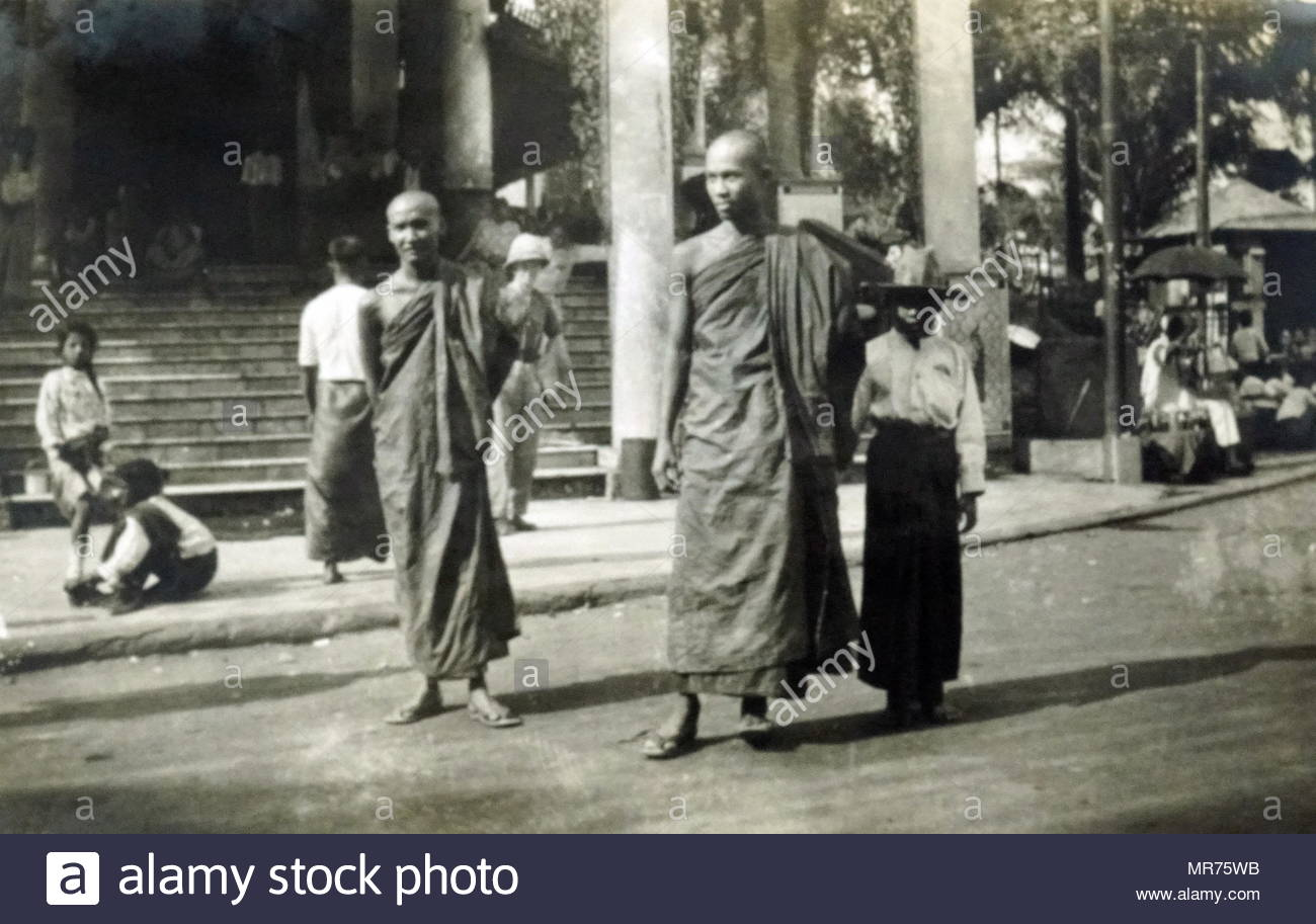 I monaci buddisti a Rangoon, Birmania, Myanmar circa 1940 Immagini Stock