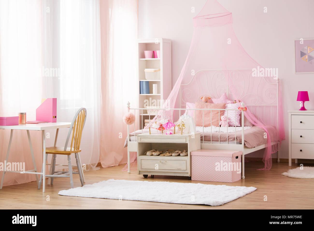 Camera da letto Ragazza di colore rosa con letto a baldacchino ...