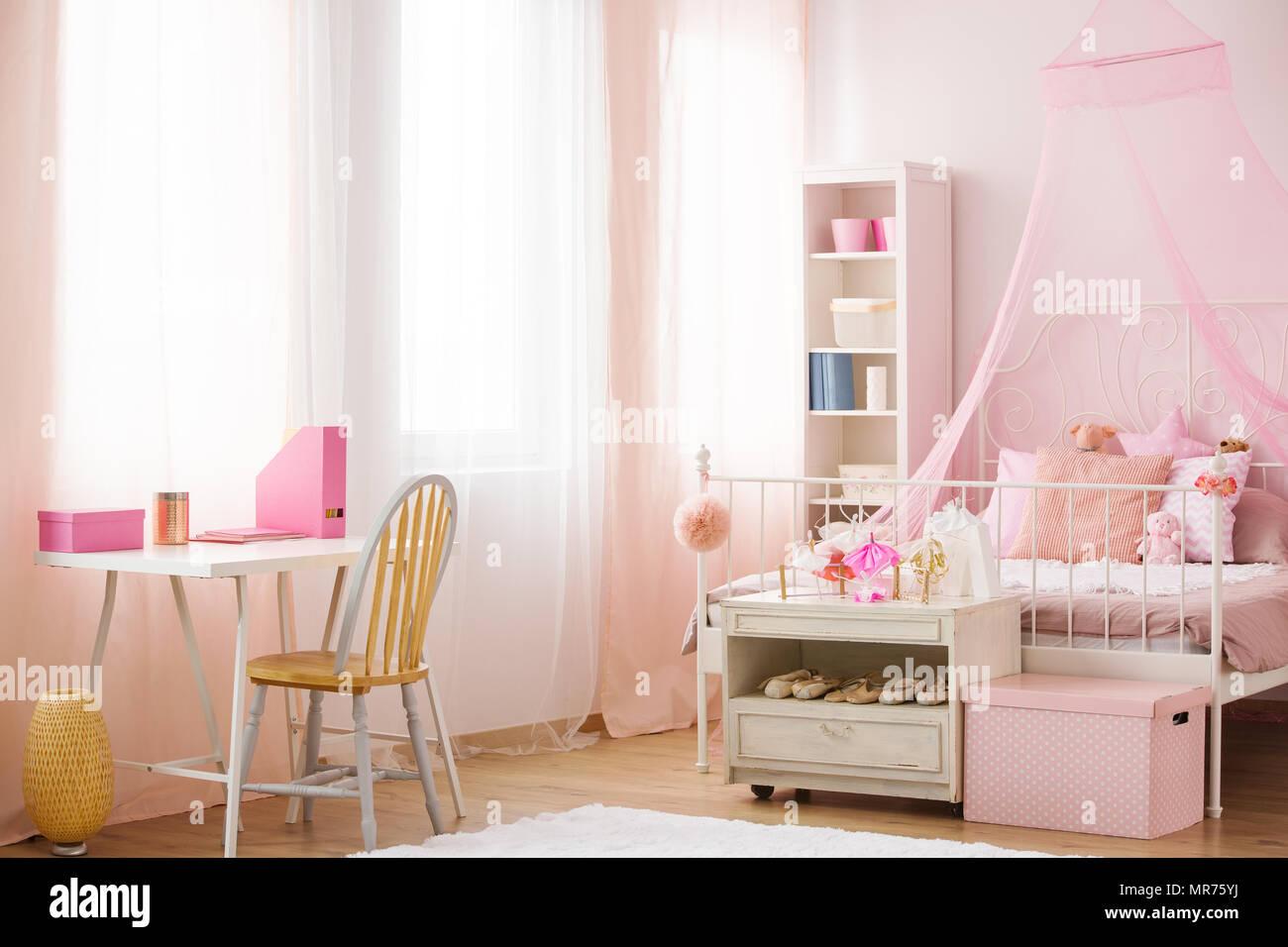 Letto A Baldacchino Rosa.Camera Da Letto Del Bambino Di Colore Rosa Con Letto A Baldacchino