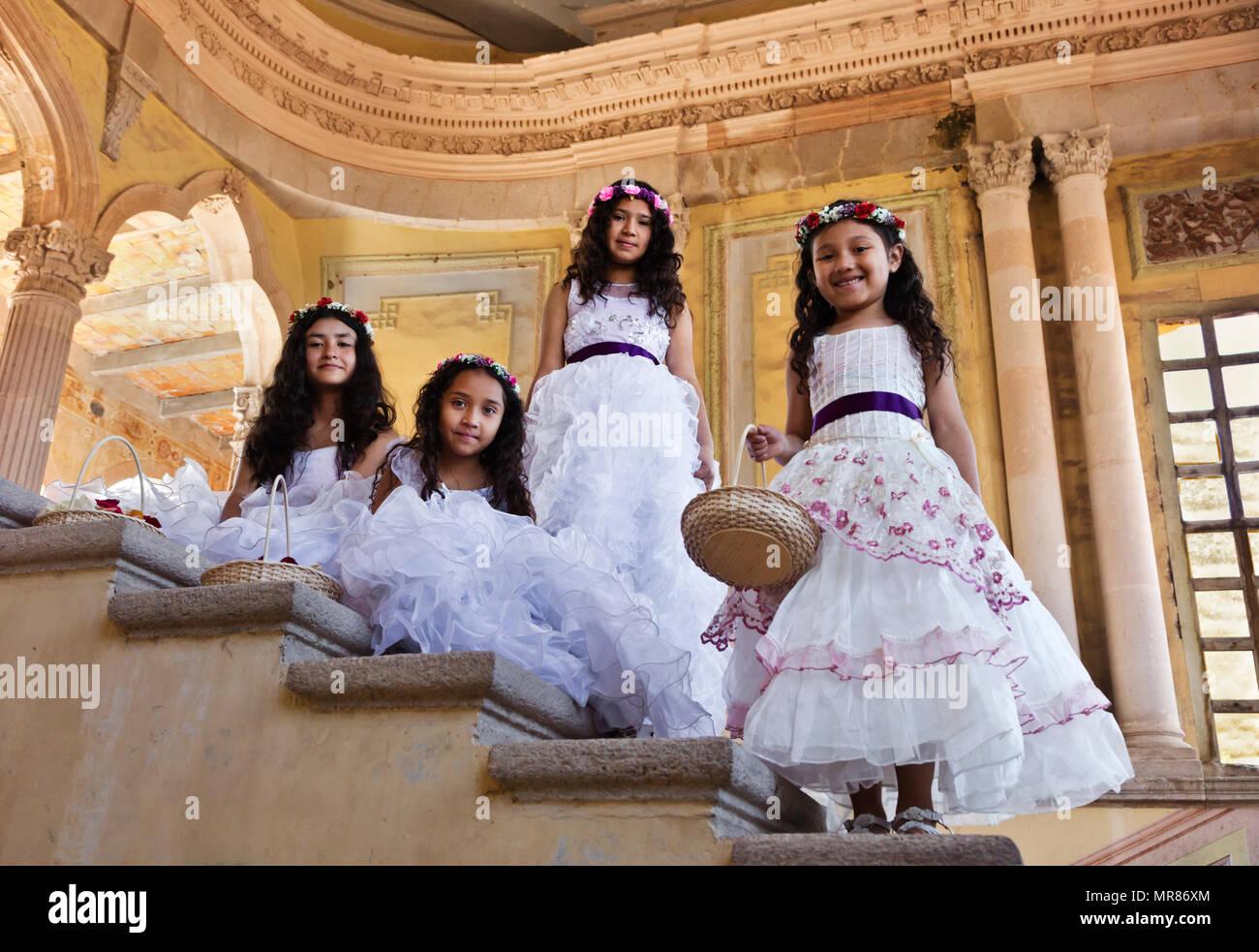 cdcc851e3971 Giovane messicano ragazze vestiti nei loro migliori di Pasqua a Jaral de  Berrio - SAN FELIPE