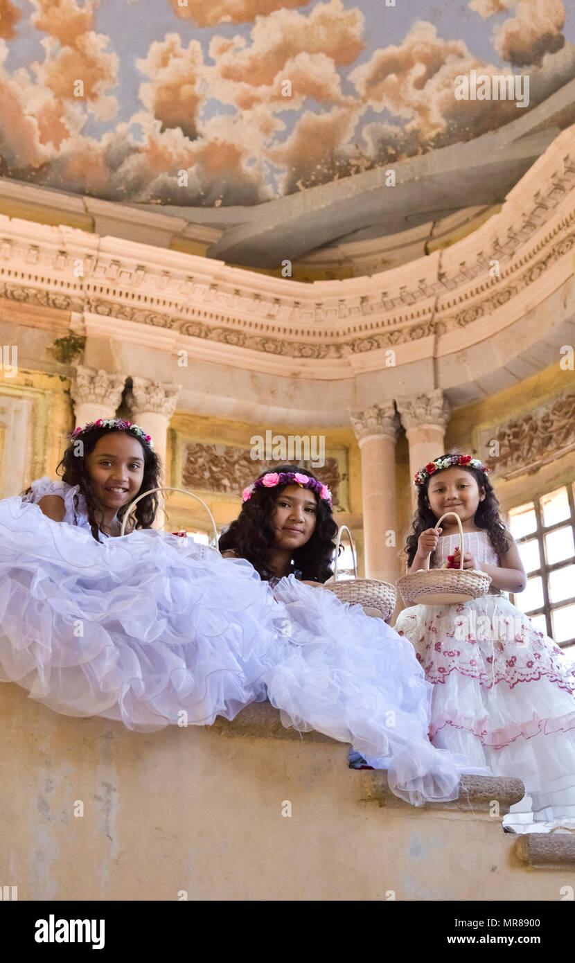 6128661c8691 Giovane messicano ragazze vestiti nei loro migliori di Pasqua a Jaral de  Berrio - SAN FILIPE