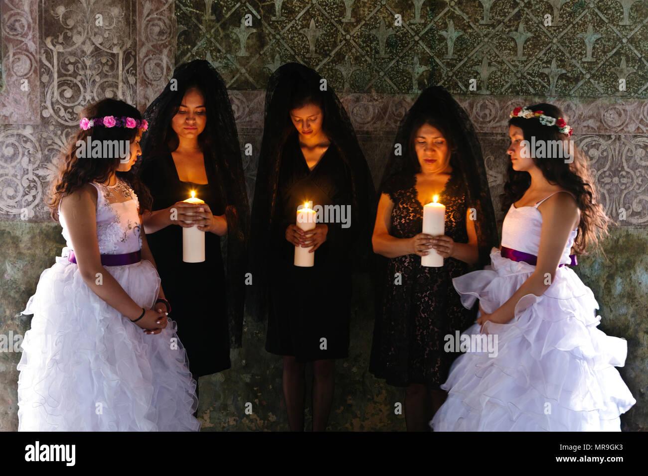 10385ed22ac1 Mexican donne abbigliate in tradizionale mantiglie con giovani ragazze  vestiti come angeli per Pasqua - SAN FELIPE