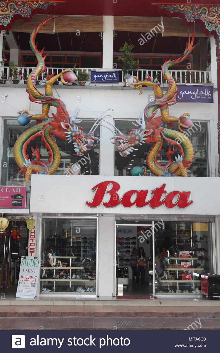 Sculture di colorati draghi orientali adornano il Bata Shoe Store edificio a M.G. Marg nella città di Gangtok, Sikkim, India. Immagini Stock
