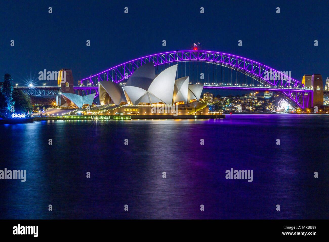 Il Ponte del Porto di Sydney e il Sydney Opera House durante il 2018 'Vivid Sydney' festival, che vede effetti speciali di illuminazione visualizzati sul notevole landmar Immagini Stock