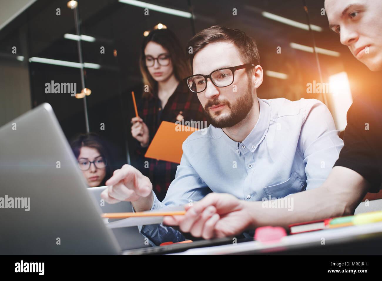 La gente di affari il concetto di brainstorming. Progetto generico notebook su tavola di legno, carte, documenti. Team di imprenditori stanno pensando al di sopra di un nuovo avvio alle t Immagini Stock