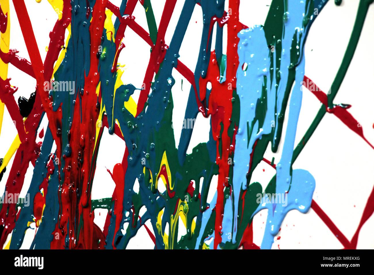 Gouache spalmato su una parete bianca. Vari colori e forme. Immagini Stock