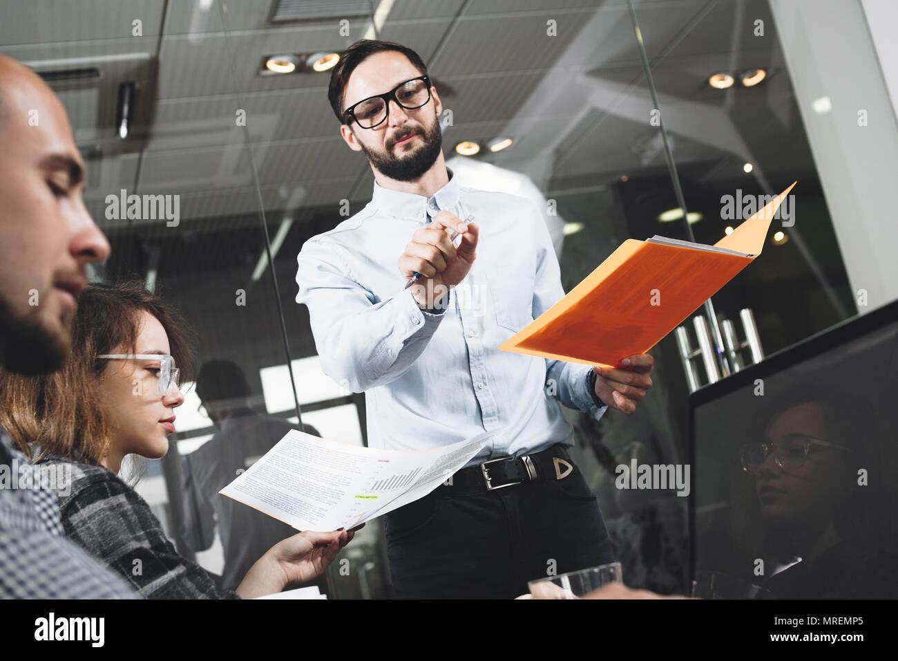 Barbuto imprenditore presenta un nuovo progetto. HR manager conduce ulteriormente avanzato di formazione. Concetto di formazione del personale Immagini Stock