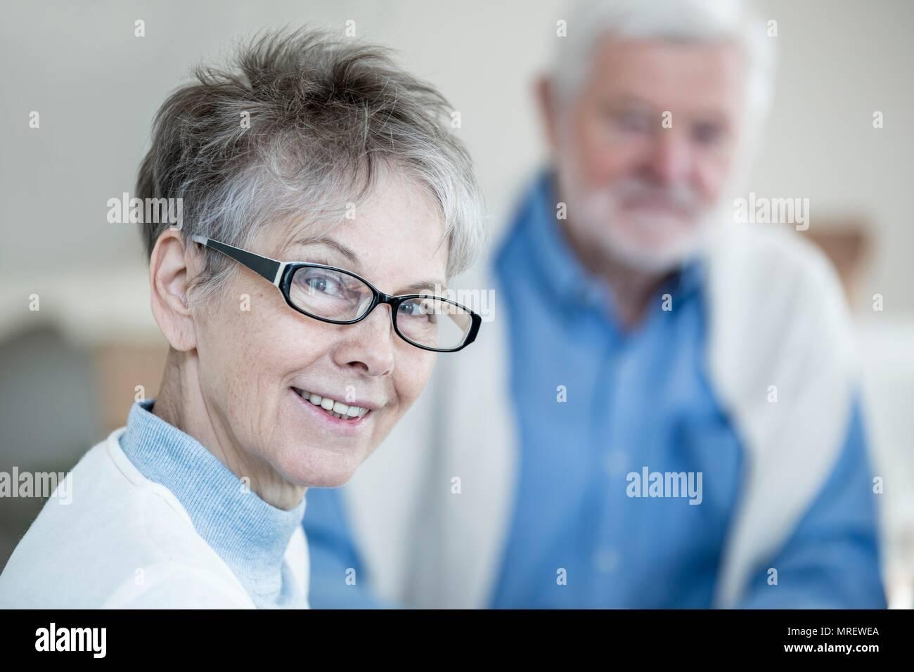 Senior donna in bicchieri sorridente verso la telecamera, ritratto. Immagini Stock