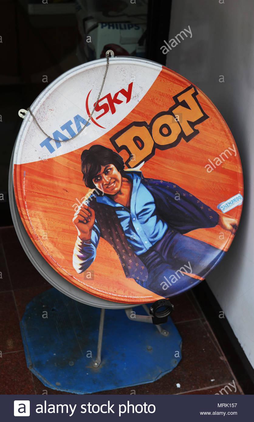 Televisione satellitare con l immagine di Indian film star Amitabh Bachchan dalla sua iconica film 1978 Don per la vendita in un piccolo negozio nella città di ga Immagini Stock
