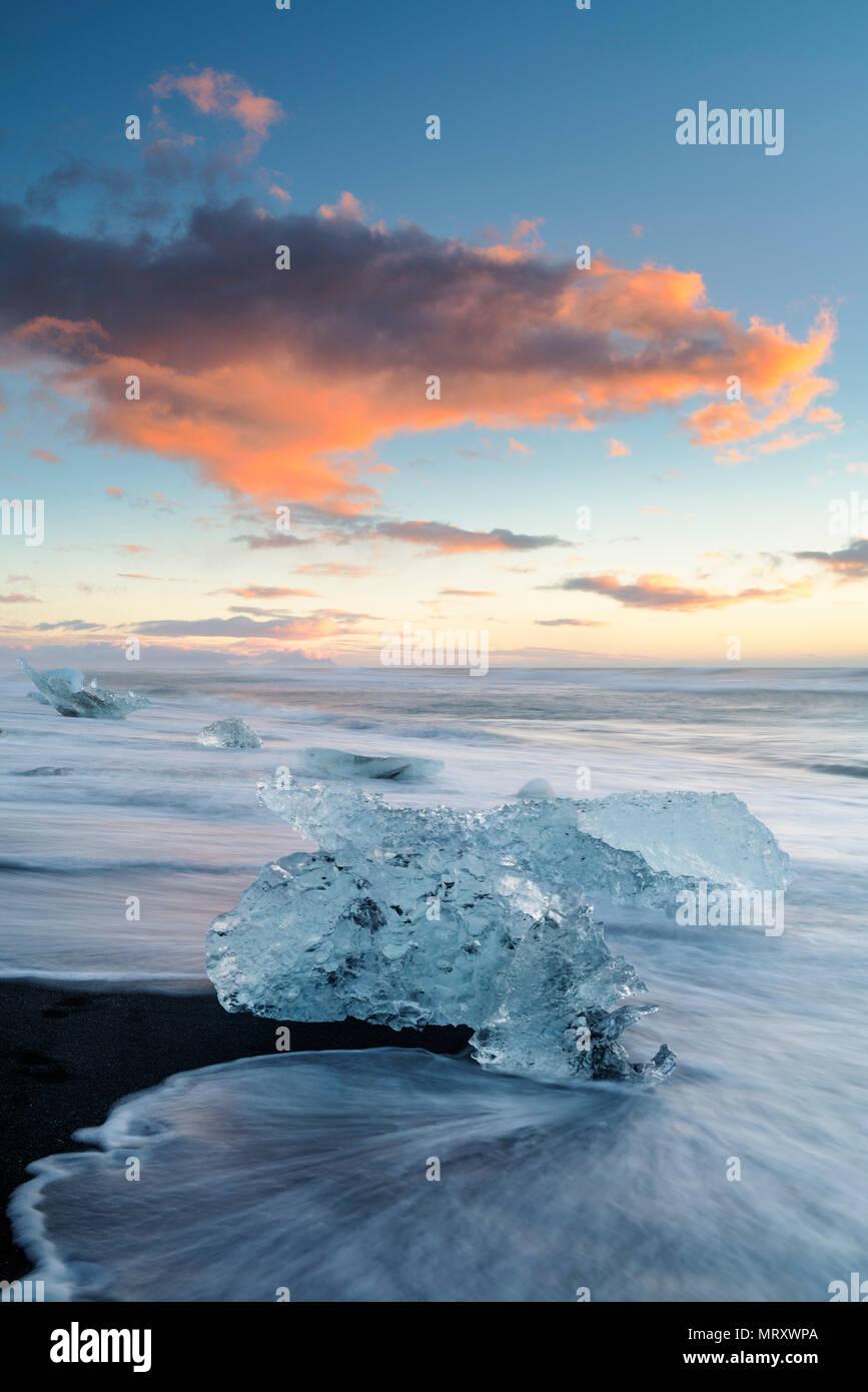 Jokulsarlon laguna glaciale, Est dell'Islanda. Blocchi di ghiaccio sulla spiaggia nera Immagini Stock