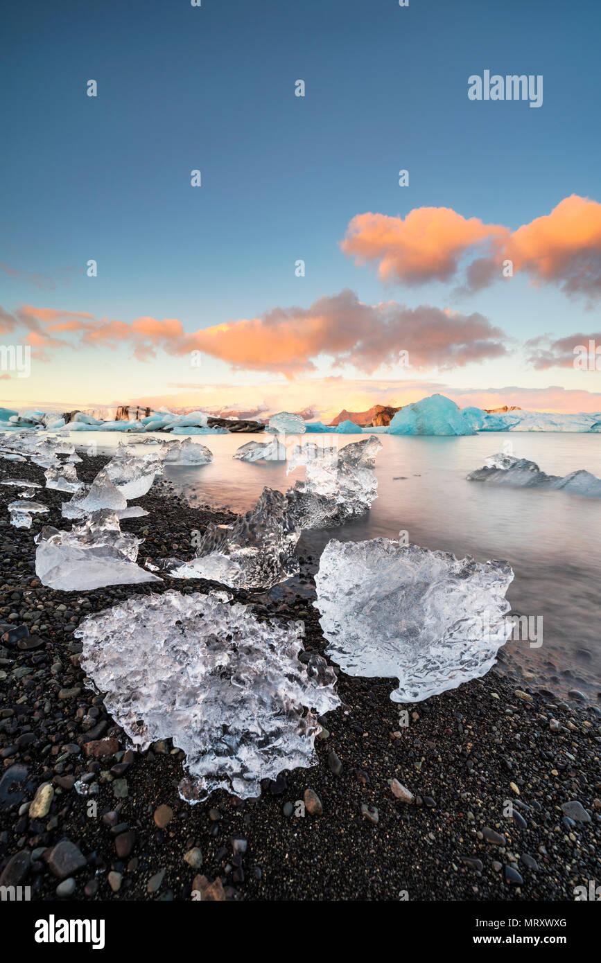 Jokulsarlon, Islanda Orientale, Islanda, l'Europa del Nord. L'iconico piccoli icebergs rivestiti in laguna glaciale durante un sunrise Immagini Stock
