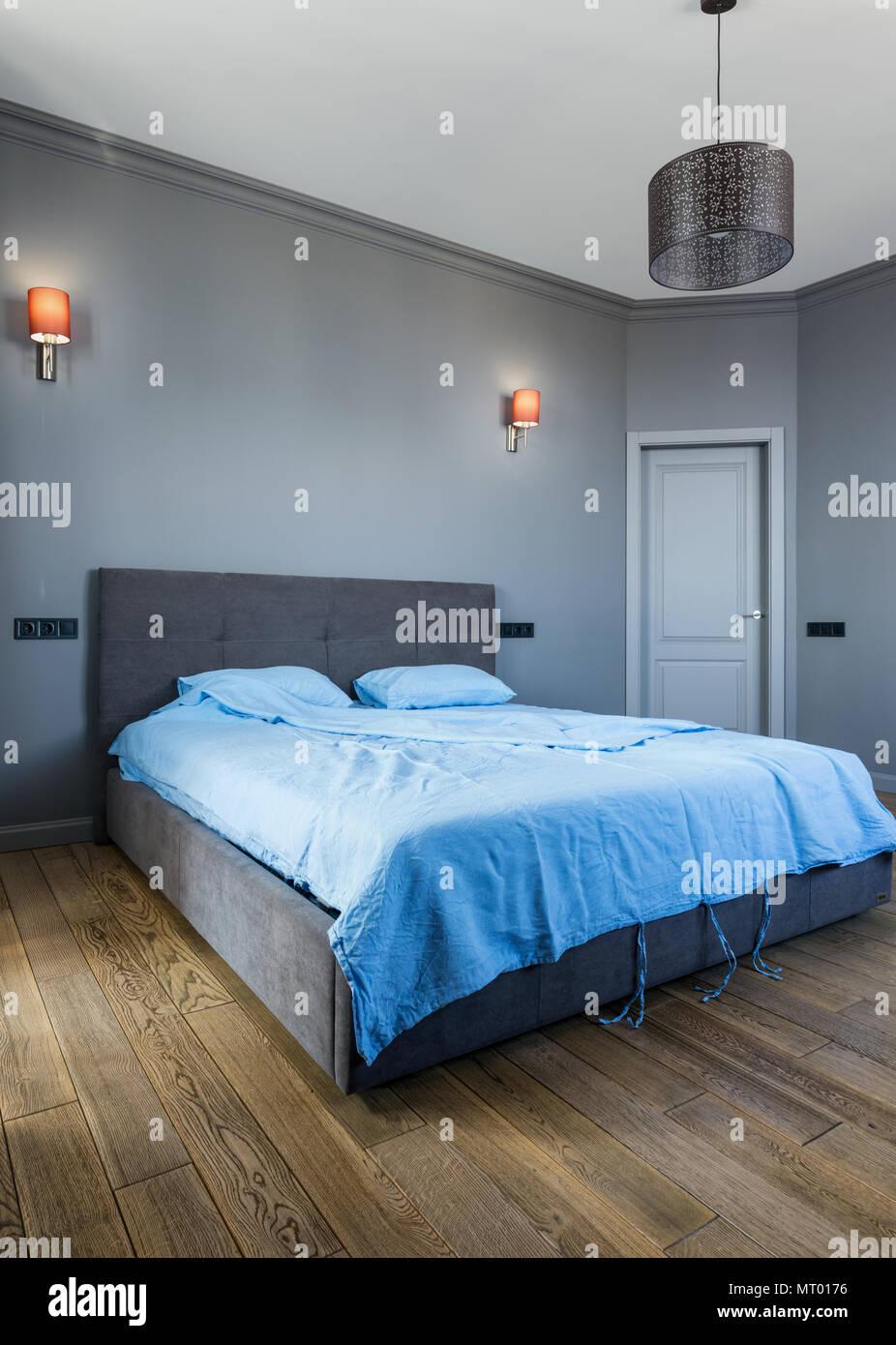 Camera Da Letto Grigia elegante camera da letto grigio interno con biancheria blu