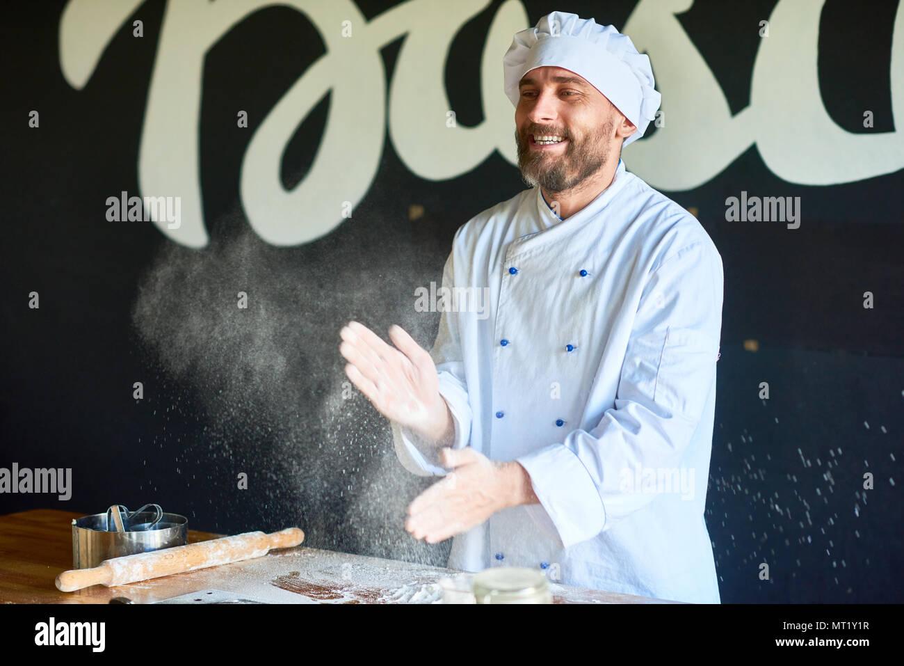 Baker in cucina Immagini Stock