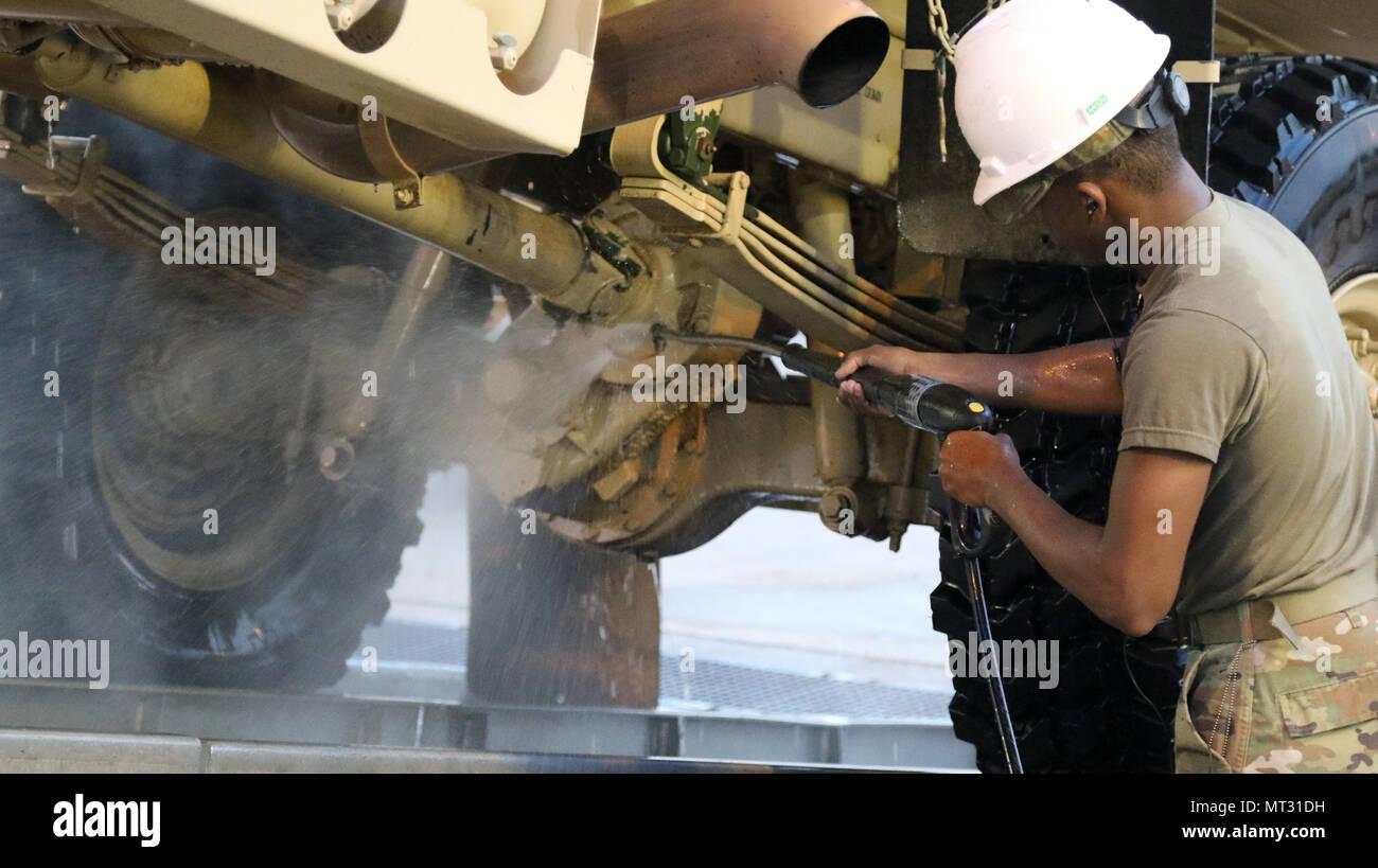 1° privato classe Ashton bianco, una trasmissione multicanale systems operator-maintainer da Bravo Company, 86segnale Expeditionary battaglione, xi segnale tattico brigata, utilizza un alto-rondella pressurizzato per pulire l'albero di trasmissione e il gruppo di rinvio del suo carrello durante il lavaggio le operazioni di rack a Novo Selo Area Formazione, Bulgaria il 23 luglio 2017. La 86segnale Expeditionary è stato in Bulgaria per due mesi il supporto di Saber Guardian 17, una multinazionale di esercizio al fine di promuovere l'interoperabilità e la stabilità nella regione del Mar Nero. (US Army foto di Master Sgt. JD Phippen) Immagini Stock