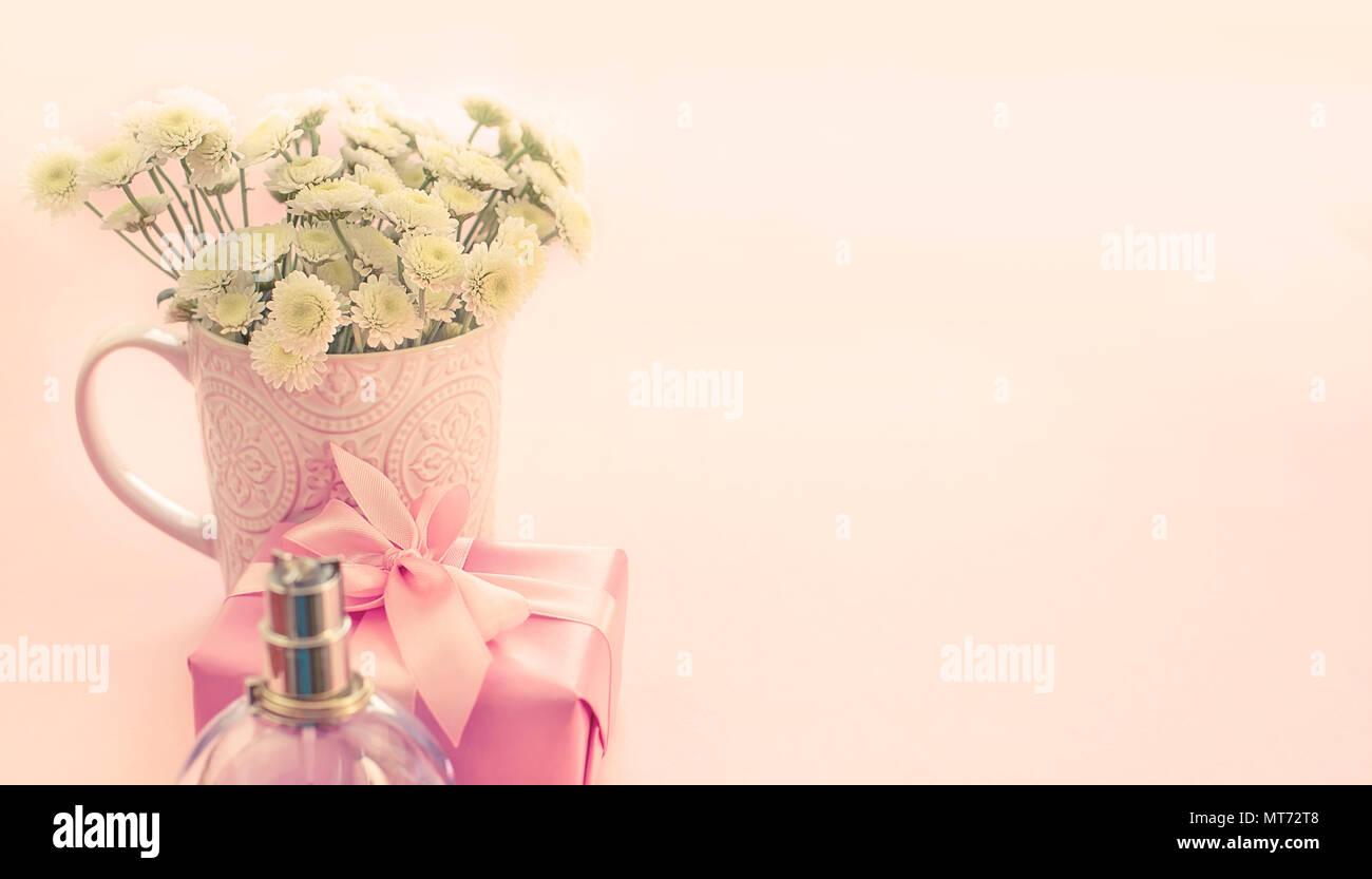 Banner Bouquet Di Fiori Di Crisantemo In Una Tazza Di Tè Con Scatola