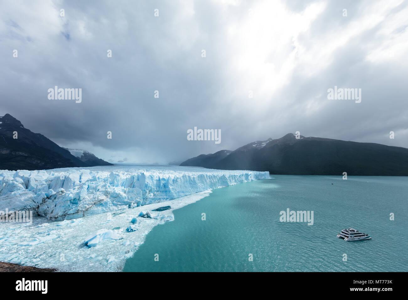 I punti di riunione di ghiaccio, rock e acqua al ghiacciaio Perito Moreno, Argentina Immagini Stock