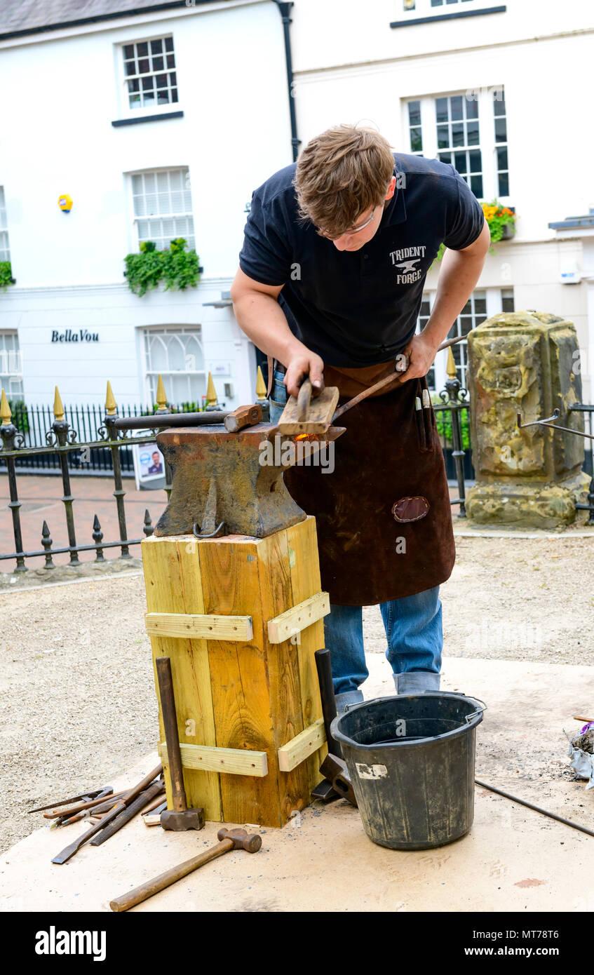 Fabbro lavora all'aperto presso il pantiles tunbridge wells rendendo la tradizione gli elementi in ferro Immagini Stock