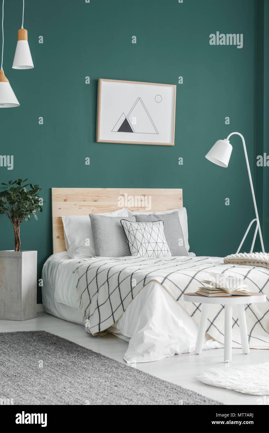 Bianco, letto doppio, geometrica poster su una parete verde ...
