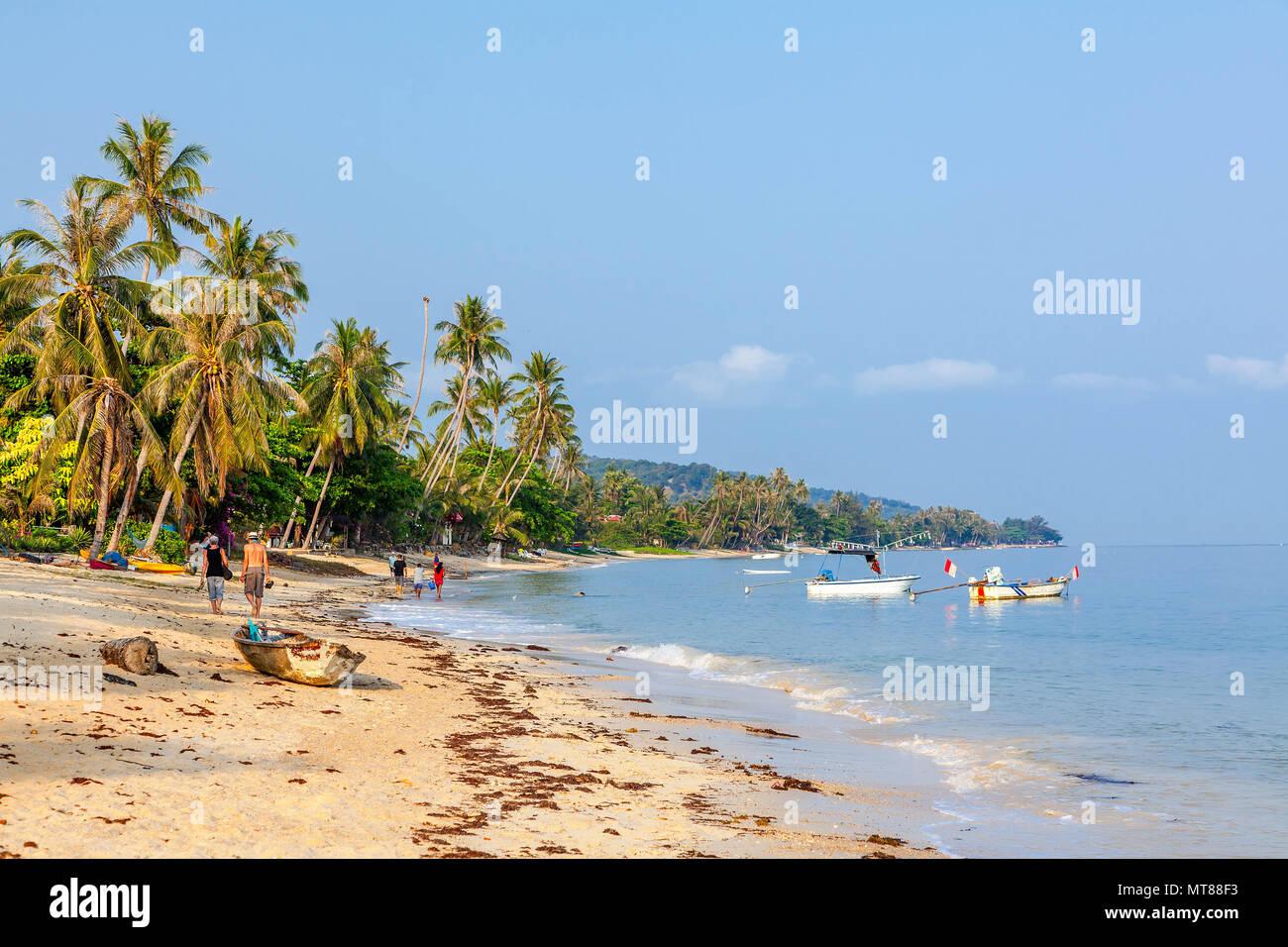 Mattina di sole sulla spiaggia di Bang Po. Isola di Samui. Thailandia. Immagini Stock
